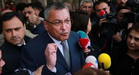 """""""Qaçqınkom""""un sədri  Rövşən Rzayev  xanım şikayətçiləri döydürür-ŞOK VİDEO"""