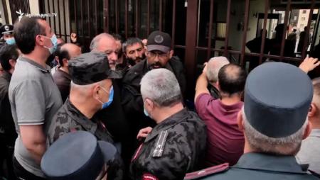 Ermənistanda qəzəbli kütlə Müdafiə Nazirliyinə hücum etdi - VİDEO