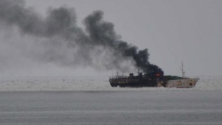 Bakıda gəmi yanır