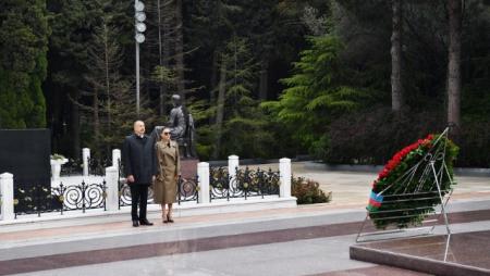 Prezident və xanımı Heydər Əliyevin məzarını ziyarət etdi