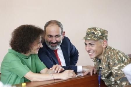 Erməni xalqı yasda: Paşinyanın oğlu festivalda çaxır içir (FOTO)